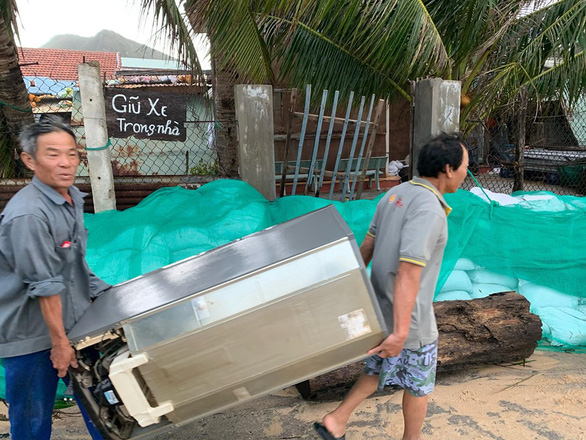 Chằng chống mái nhà chống bão, một người bị trượt chân ngã chết - Ảnh 1.