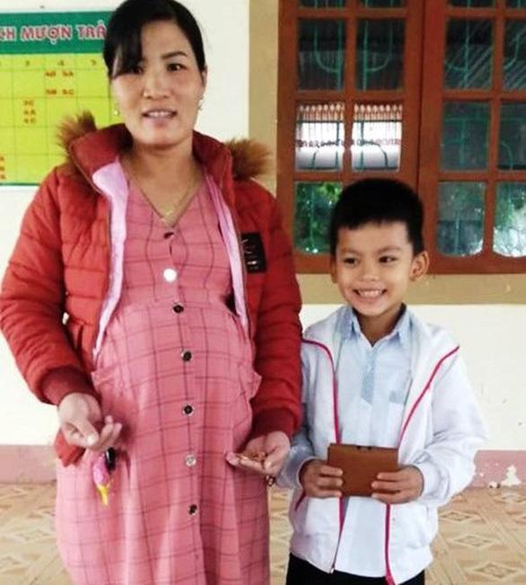 Học sinh lớp 3 nhặt được tiền và vàng, tìm người trả lại - Ảnh 1.