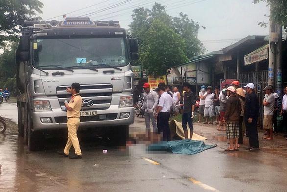 Băng qua đường trong cơn mưa, một phụ nữ bị xe ben cán chết - Ảnh 1.