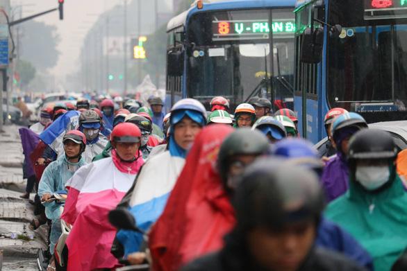 TP.HCM mưa từ đêm đến trưa, đường phố ùn ứ ngày đầu tuần - Ảnh 2.