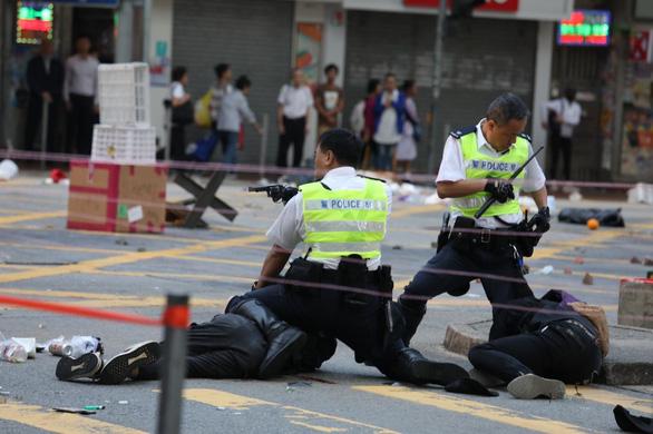 Video cảnh sát Hong Kong bắn vào ngực người biểu tình phát trực tiếp trên Facebook - Ảnh 1.