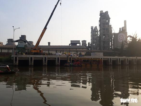 Bục ống dẫn, 7 tấn dầu của Công ty Chinfon tràn ra ngoài - Ảnh 1.