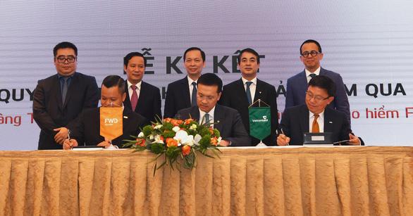 Vietcombank hợp tác với FWD độc quyền phân phối bảo hiểm qua ngân hàng - Ảnh 1.