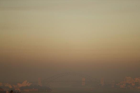 Bầu trời Sydney đỏ quạch, lần đầu tiên lục địa Úc không một giọt mưa - Ảnh 2.