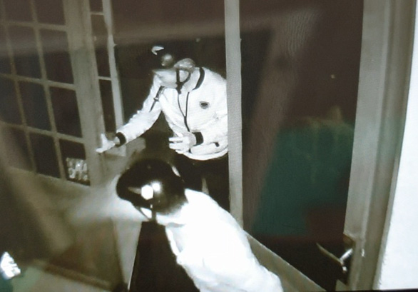 Ngậm sẵn dao trên miệng khi phá cửa vào nhà dân trộm hai xe máy - Ảnh 1.