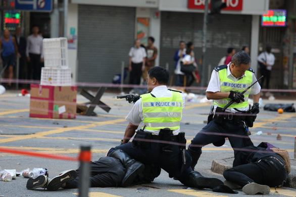 Viên cảnh sát bắn vào ngực người biểu tình Hong Kong bị đe dọa - Ảnh 1.