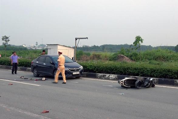 Xe máy qua đường bị ôtô hất văng, vợ chết, chồng nguy kịch - Ảnh 1.