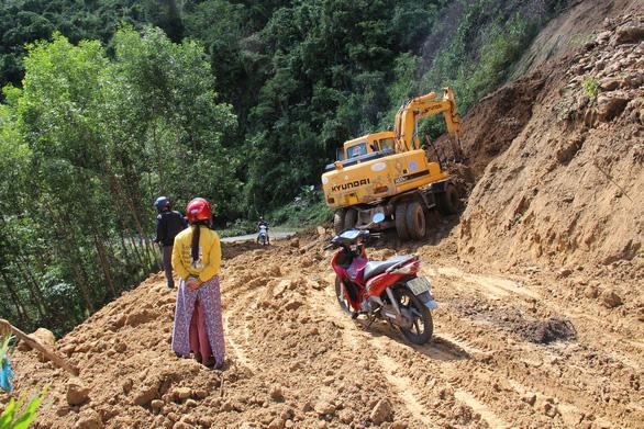 Hàng ngàn mét khối đất đá sạt xuống đường sá miền núi Quảng Ngãi - Ảnh 5.