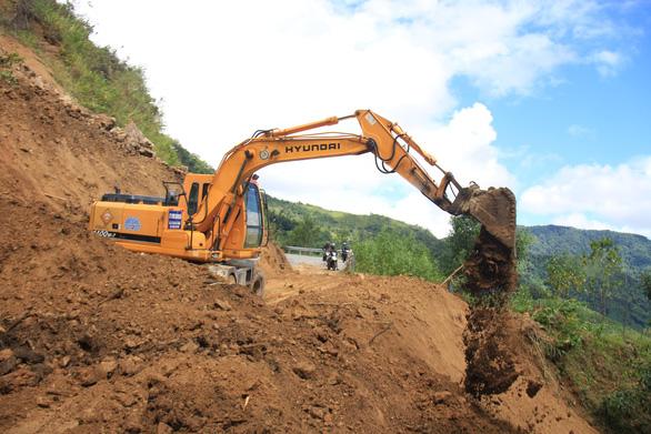 Hàng ngàn mét khối đất đá sạt xuống đường sá miền núi Quảng Ngãi - Ảnh 1.