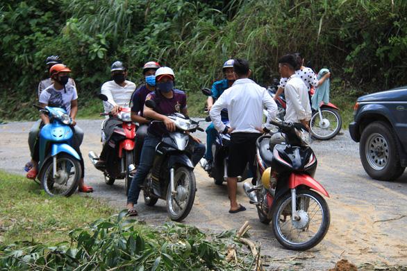 Hàng ngàn mét khối đất đá sạt xuống đường sá miền núi Quảng Ngãi - Ảnh 2.
