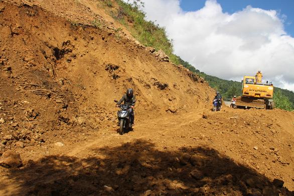 Hàng ngàn mét khối đất đá sạt xuống đường sá miền núi Quảng Ngãi - Ảnh 3.