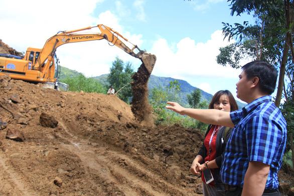 Hàng ngàn mét khối đất đá sạt xuống đường sá miền núi Quảng Ngãi - Ảnh 4.