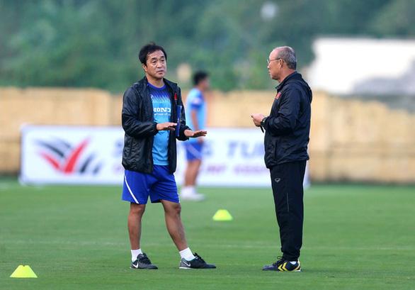 VFF ký hợp đồng 3 năm với trợ lý Lee Young Jin - Ảnh 1.