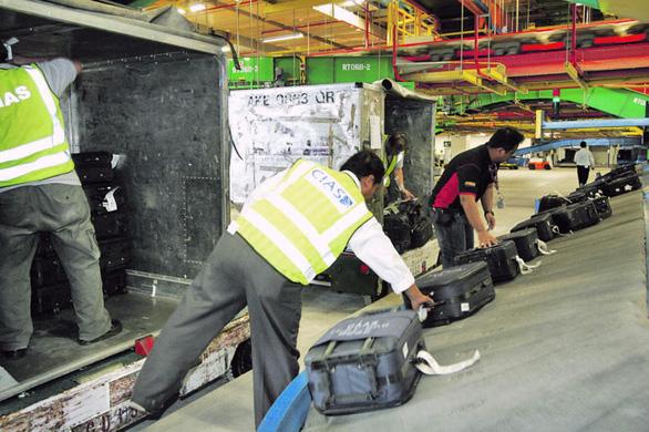 Bực cấp trên, nhân viên sân bay tráo thẻ hành lý làm hàng trăm vali thất lạc - Ảnh 1.