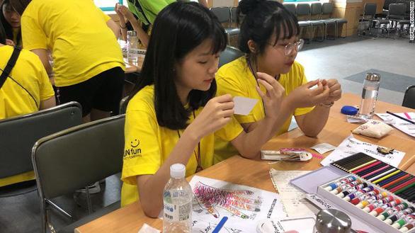 Giới trẻ dùng điện thoại 13 tiếng/ngày, Hàn Quốc mở trại cai nghiện - Ảnh 2.