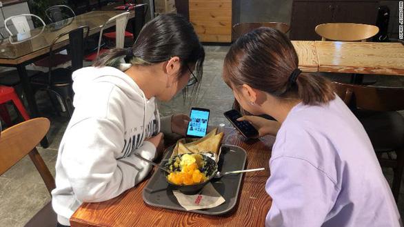 Giới trẻ dùng điện thoại 13 tiếng/ngày, Hàn Quốc mở trại cai nghiện - Ảnh 1.