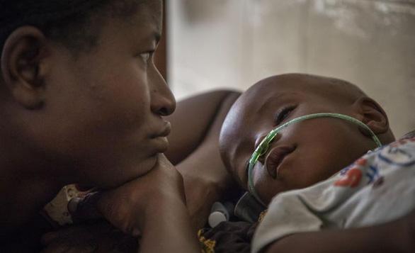 Mỗi 39 giây có một trẻ em chết vì viêm phổi - Ảnh 1.