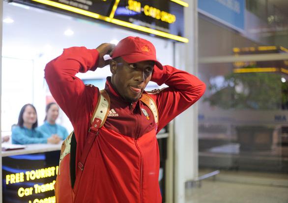 Tuyển UAE đi chuyên cơ tới Hà Nội lúc nửa đêm với vẻ mệt mỏi - Ảnh 5.
