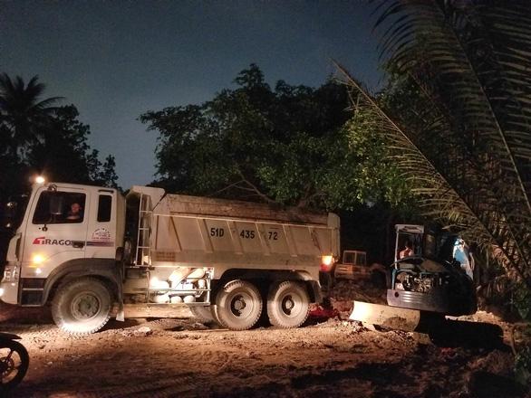 Cả phường ra bãi đất trống ở quận 12 xử hố chôn chất thải sát sông Vàm Thuật - Ảnh 2.