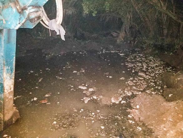 Cả phường ra bãi đất trống ở quận 12 xử hố chôn chất thải sát sông Vàm Thuật - Ảnh 3.