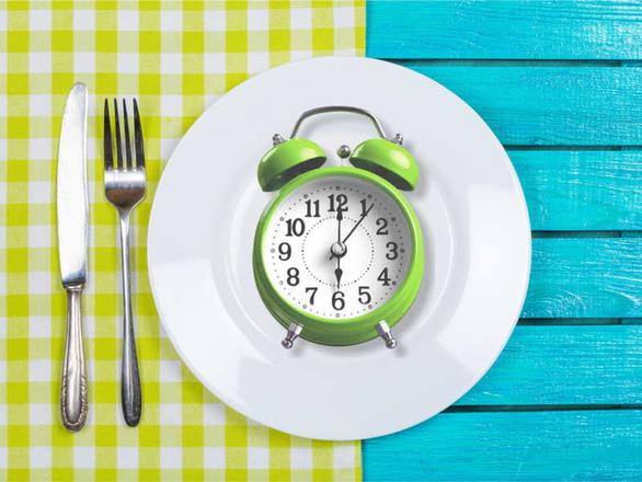 Khoa học khuyên ăn trước 6 giờ chiều, tại sao? - Ảnh 1.