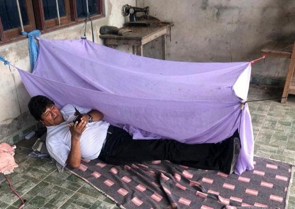 Cựu tổng thống Bolivia tị nạn ở Mexico, ngủ trong căn nhà tồi tàn đầy bụi bặm - Ảnh 1.