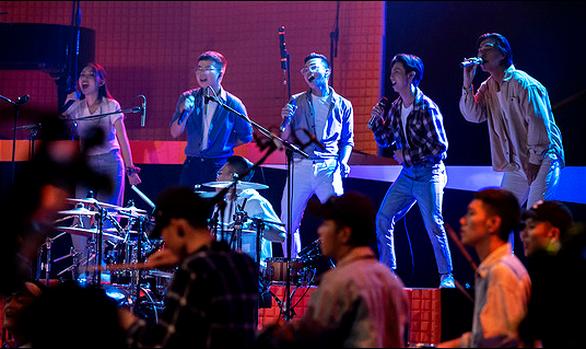 Hoàng Bách lập Bach20 band, phát pháo với MV Chạm vào vinh quang - Ảnh 4.