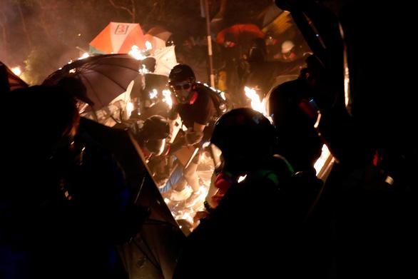 Đêm chiến địa khói lửa đại học Hong Kong - Ảnh 1.
