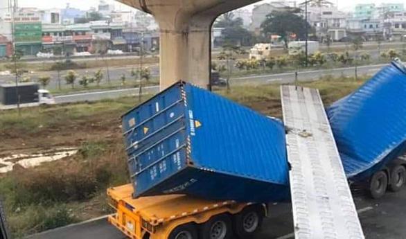 Dầm cầu bêtông rơi đè bẹp xe container đang chạy trên đường - Ảnh 1.