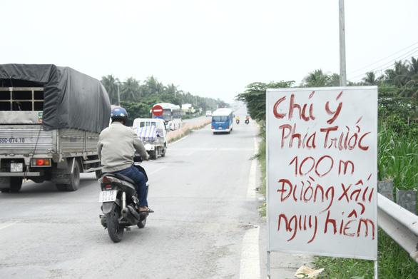 Dân tự làm biển báo cảnh báo tai nạn ở đường dẫn cầu Cổ Chiên - Ảnh 2.