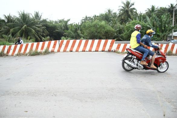 Dân tự làm biển báo cảnh báo tai nạn ở đường dẫn cầu Cổ Chiên - Ảnh 3.