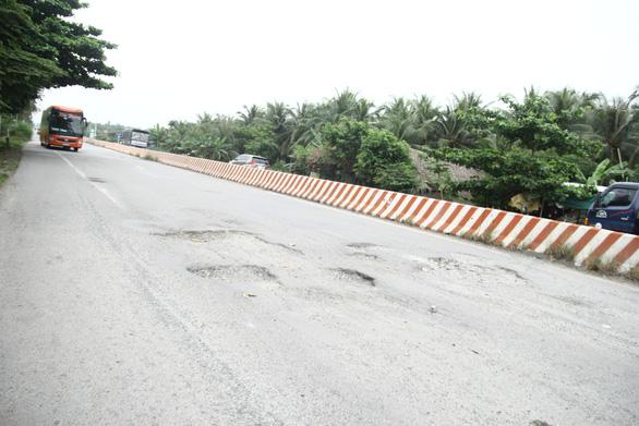 Dân tự làm biển báo cảnh báo tai nạn ở đường dẫn cầu Cổ Chiên - Ảnh 5.