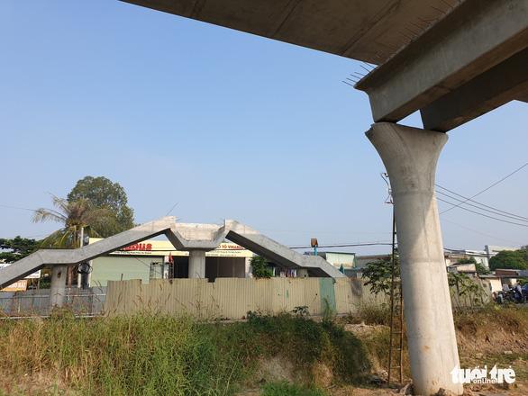 Dầm cầu bêtông rơi đè bẹp xe container đang chạy trên đường - Ảnh 4.