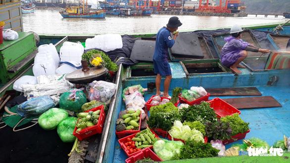 Hàng trăm tấn cá ồ ạt cập cảng Quy Nhơn sau bão số 6 - Ảnh 8.