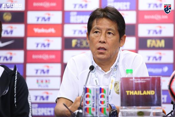 HLV Nishino chỉnh phía Malaysia vì để phóng viên quay lén buổi tập của Thái Lan - Ảnh 1.