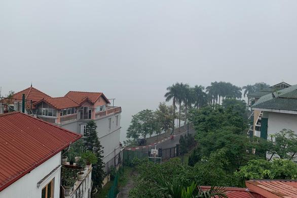 Mù sương phủ kín Hà Nội, không khí ô nhiễm ở ngưỡng nguy hại tới sức khỏe - Ảnh 1.