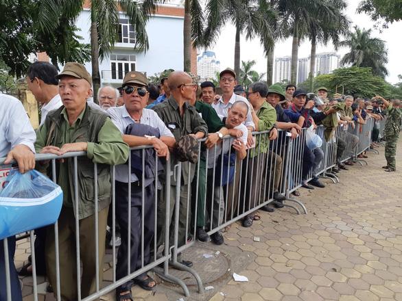 Khán giả thương binh xếp hàng dài đăng ký mua vé trận Việt Nam - UAE - Ảnh 1.