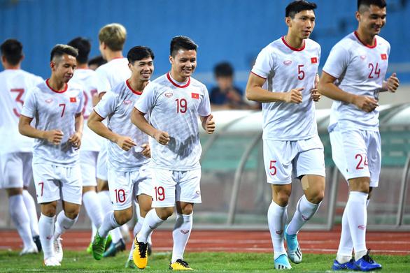 Tuyển Việt Nam và UAE tập luyện trong cơn mưa trước ngày thi đấu - Ảnh 1.