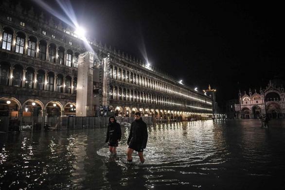 Venice đạt đỉnh triều trong 50 năm, người dân và du khách cùng khổ - Ảnh 2.