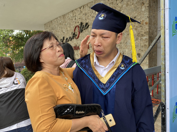 Nam sinh nước mắt nhạt nhòa ôm cô giáo cũ ngày tốt nghiệp - Ảnh 3.