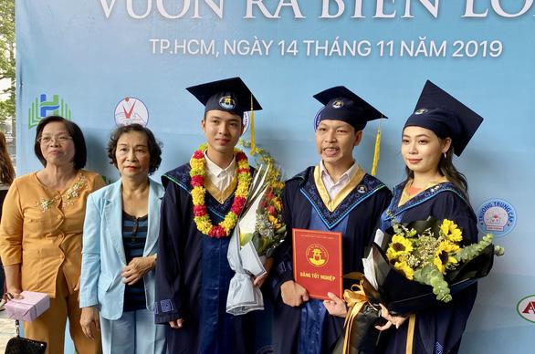 Nam sinh nước mắt nhạt nhòa ôm cô giáo cũ ngày tốt nghiệp - Ảnh 1.