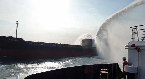 Cháy hầm tàu Trung Quốc chở sắt phế liệu ở biển Vũng Tàu - Ảnh 1.