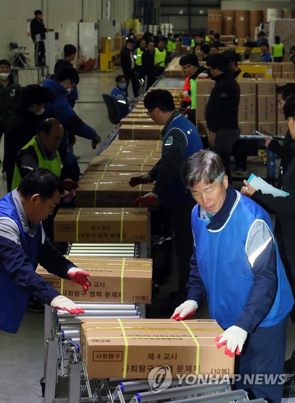 Hàn Quốc im ắng chờ nửa triệu học sinh thi đại học - Ảnh 2.
