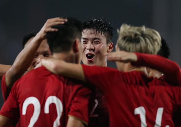 Thắng UAE 1-0, tuyển Việt Nam vươn lên đầu bảng - Ảnh 3.