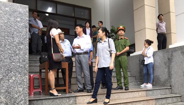 Xét xử vợ chồng LS Trần Vũ Hải: tòa tiếp tục hạn chế báo chí - Ảnh 2.