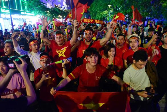Phố đi bộ Nguyễn Huệ và Nhà Văn hóa Thanh Niên trực tiếp trận Việt Nam - UAE - Ảnh 1.