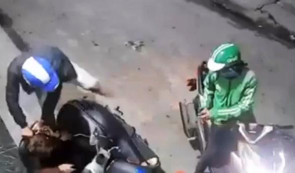 Kẻ cướp táo tợn rút dao kề cổ nạn nhân cướp xe và điện thoại ở quận Bình Tân - Ảnh 2.