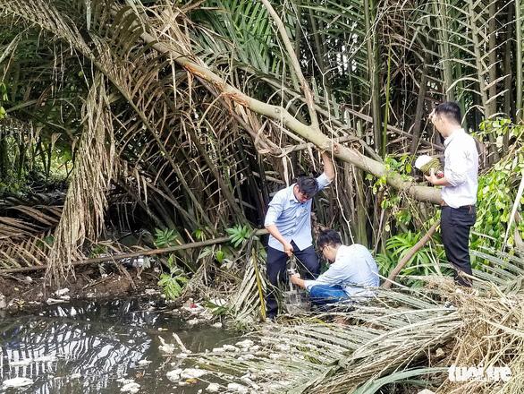 Vụ đổ trộm chất thải ở quận 12: Lấy mẫu điều tra - Ảnh 3.