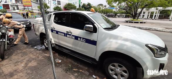 Tạm giữ ôtô 'An ninh miền Bắc' gắn đèn ưu tiên vì vi phạm luật giao thông - Ảnh 1.