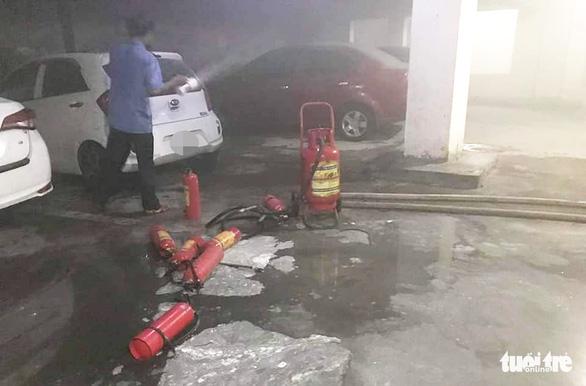 Ôtô cháy trong hầm chung cư, dân tháo chạy tán loạn trong đêm - Ảnh 2.